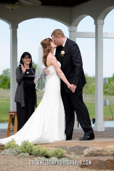 lingrow couple kissing